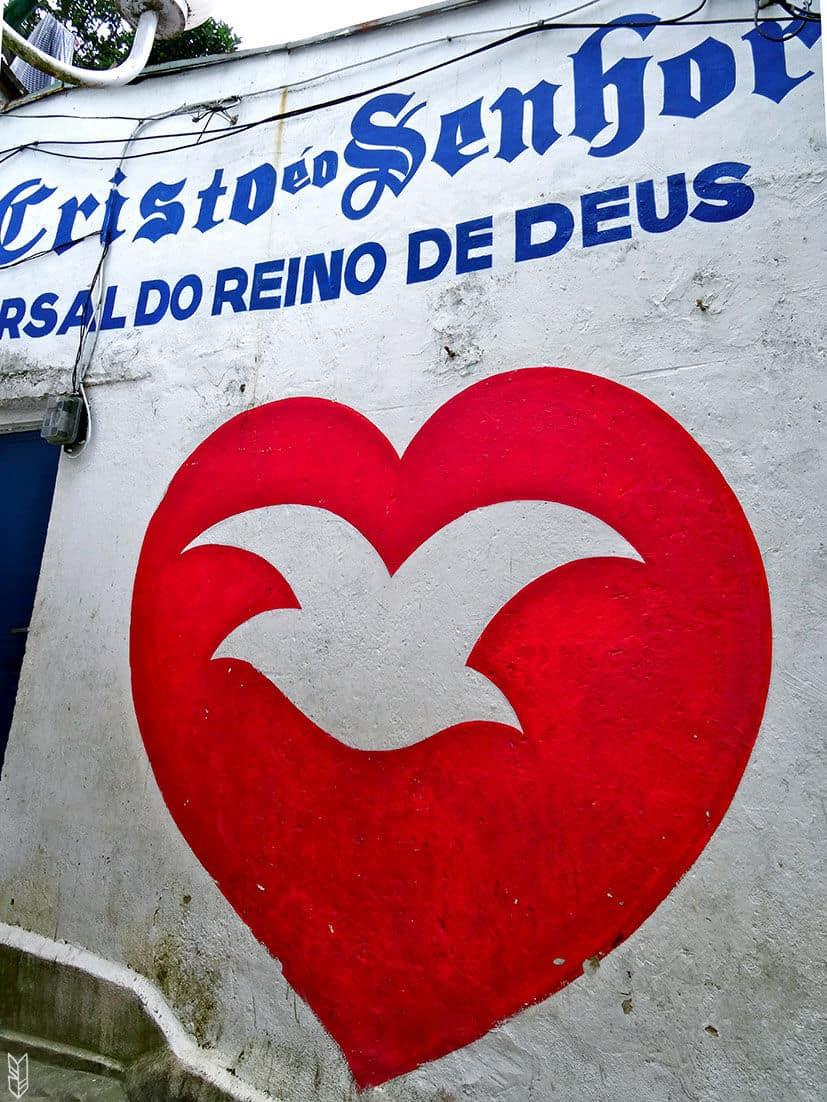 dans les rues d'une favela à Rio
